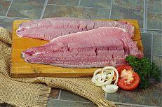 Filet z kapra se připravuje ve zpracovnách ryb.