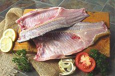 Půlky kapra naporcované ve zpracovně ryb.