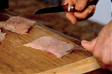Odstranění kůže provedeme až přímo z porce kapra.