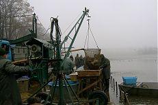 Mechanický keser, který nabírá ryby z rybníka Svět.