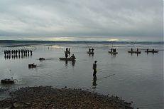Rybáři s tyčí takzvaně plaší rybu, aby sešla do loviště.