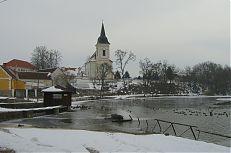 Pohled na Bošilecký rybníka s věží bošileckého kostela.