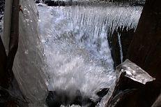 Pohled na výpust rybníka Dvořiště v zimě.