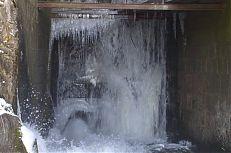 Snímek zachycující vodu ve výpusti rybníka Dvořiště.