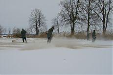 Aplikaci vápenatých hnojiv na led na rybníku Hyndrlov.