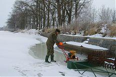 Řezání ledu motorovou pilou.
