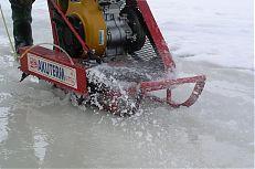 Speciální motorová pila, kterou se řeže led na rybníce.