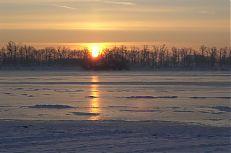 Slunce vychází nad rybníkem Svět.