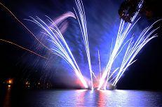 Působivý ohňostroj nad hladinou rybníka Svět.